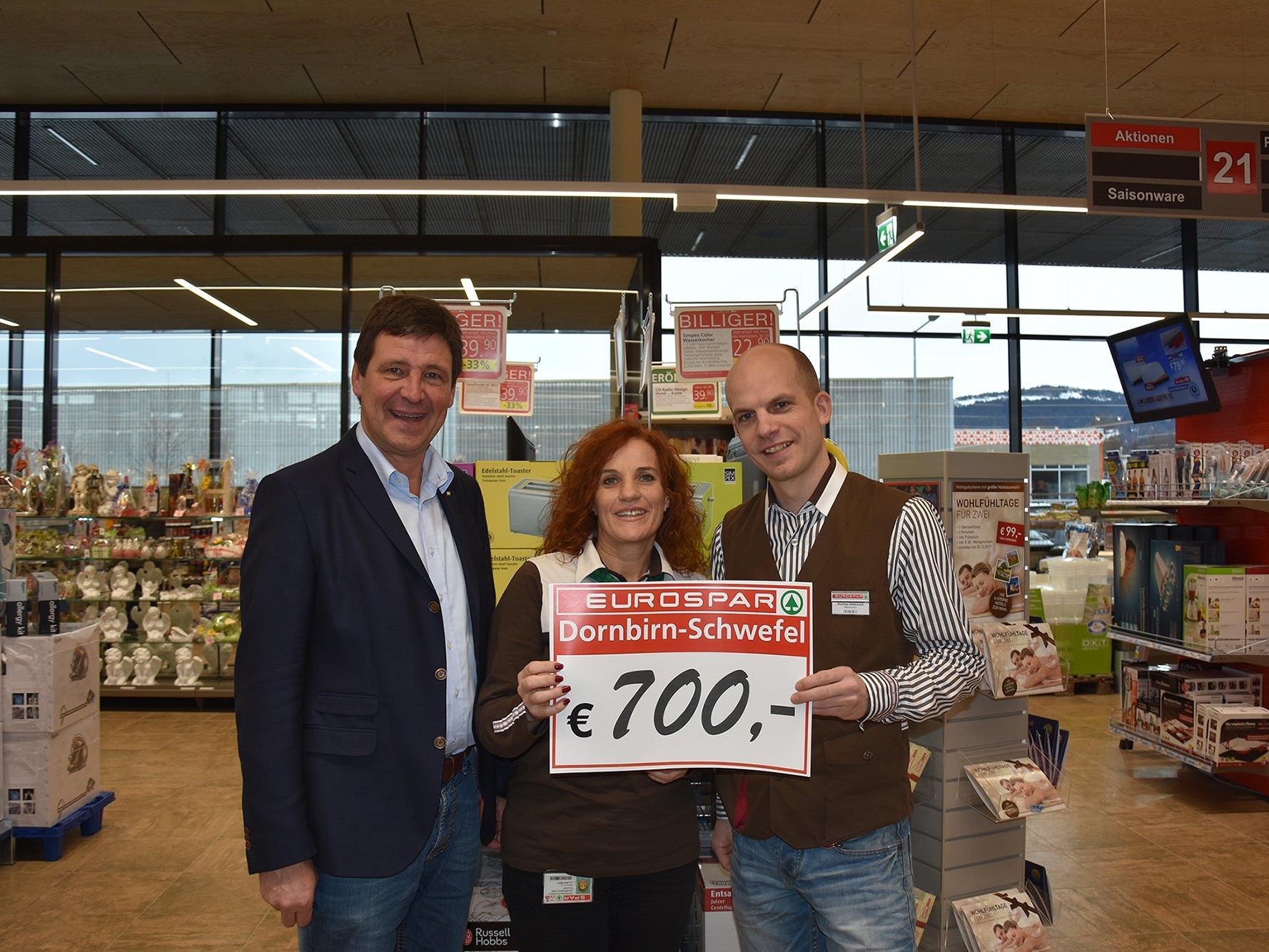 SPAR-Direktor Gerhard Ritter (links) und Marktleiter Matthias Winsauer (rechts) übergeben den Scheck von insgesamt 700 Euro an Elisabeth Hau-benwallner