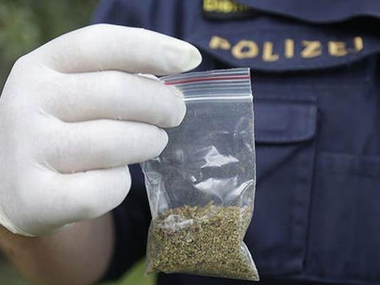 Der Mann bot den Polizisten Marihuana an.