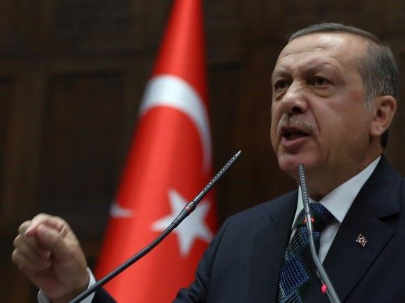 Wer zum Frieden aufruft, stellt sich laut Erdogan an die Seite von Terroristen.