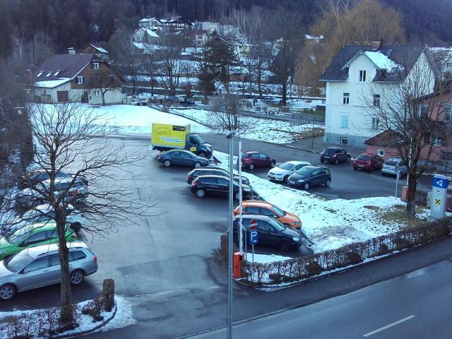 """Auf dem Parkplatz, den hinten anschließenden Wiesen und auf der Fläche der beiden Gebäude am rechten Bildrand soll der """"Samina Park"""" entstehen"""