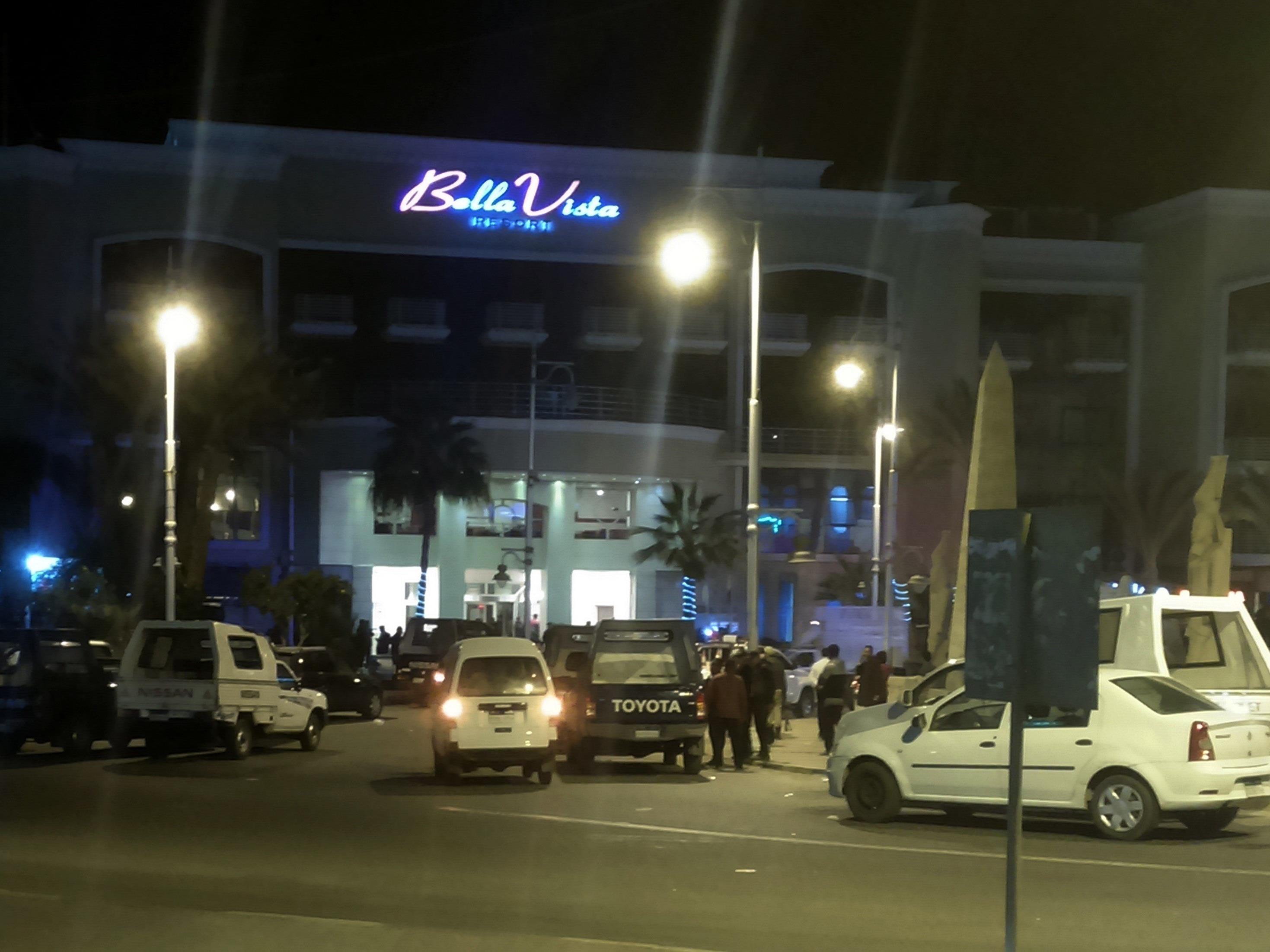 Augenzeugen berichteten, die Angreifer seien vom Meer aus gekommen und in das Restaurant eingedrungen