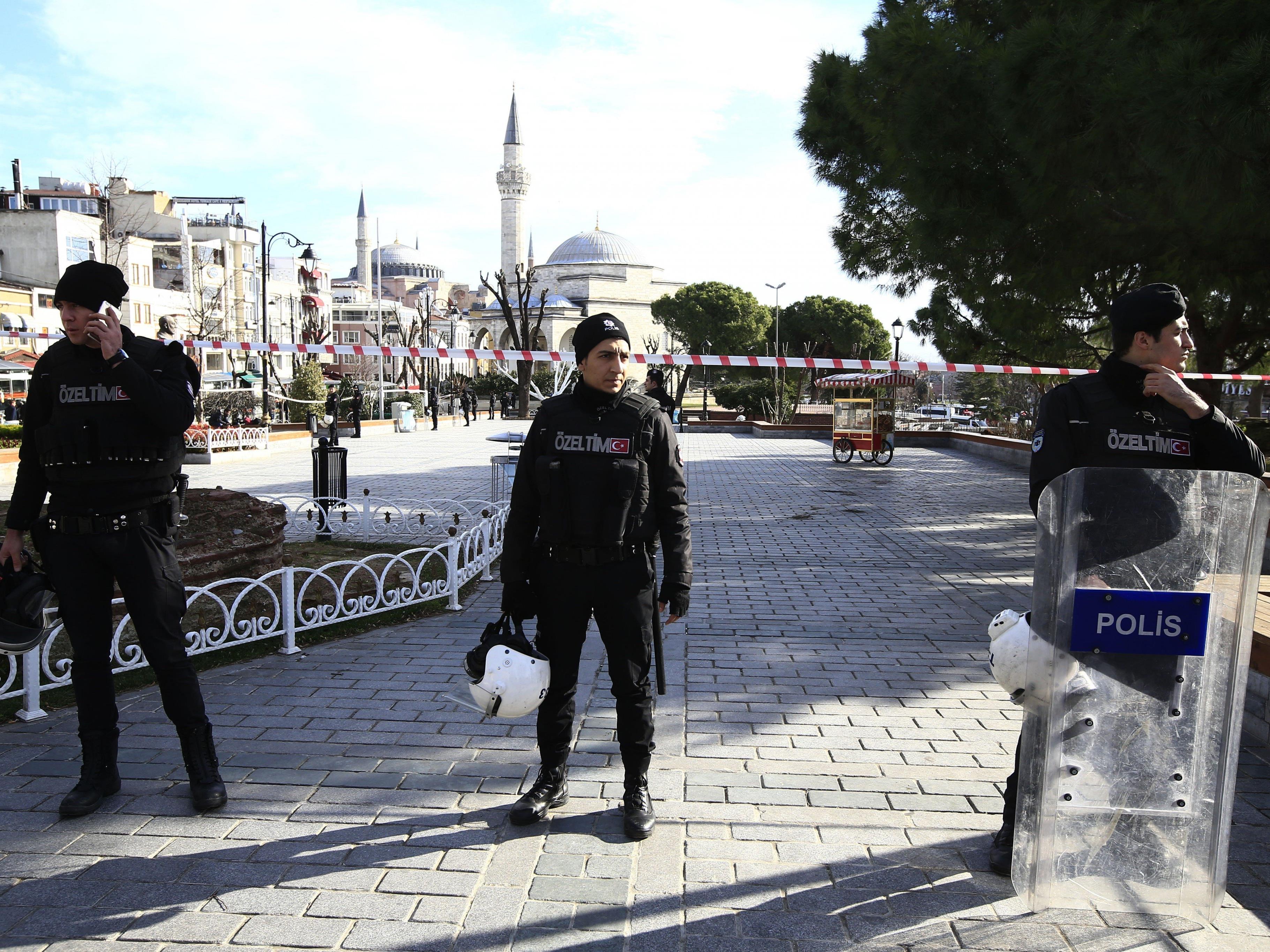 Polizisten riegeln die Gegend um die Hagia Sophia ab.
