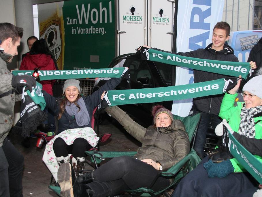 Alberschwende Fans im Morgengrauen vor der Hofsteighalle