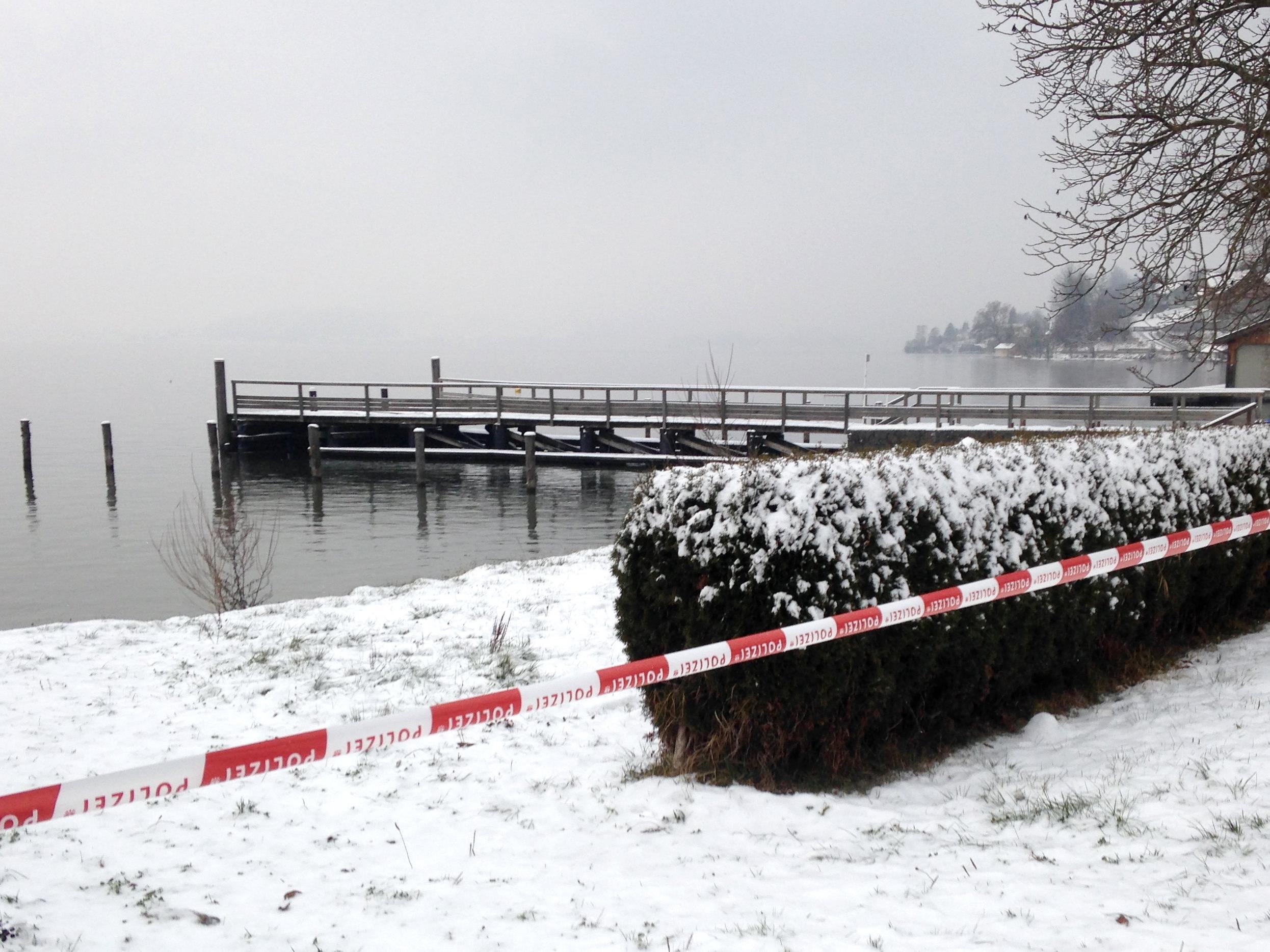 Der polizeilich abgesperrte Bereich am Ufer des Traunsees, wo am Sonntag zwei Koffer mit Leichenteilen entdeckt wurden.