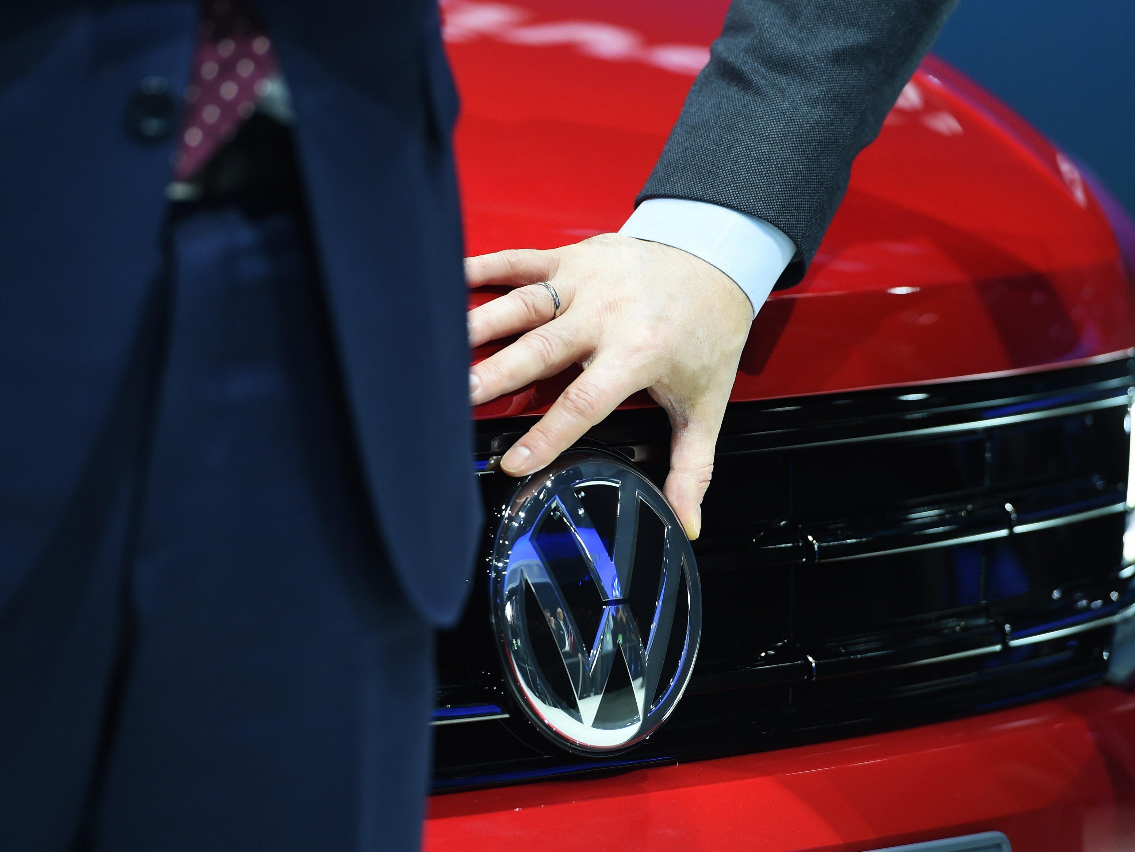 Beim krisengeschüttelten Autokonzern sollen 10.000 Jobs in Gefahr sein - die VW-Spitze dementiert.