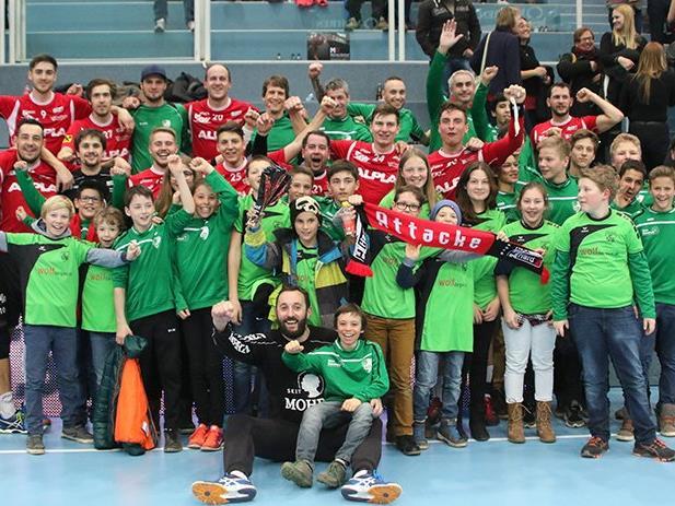 Die Nachwuchsspieler des FC Sulz mit den Spielern des ALPLA HC Hard