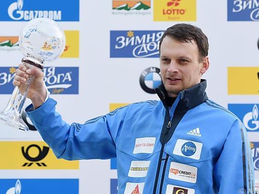 Tomass Dukurs mit seiner nächsten Weltcup-Kugel in Königssee