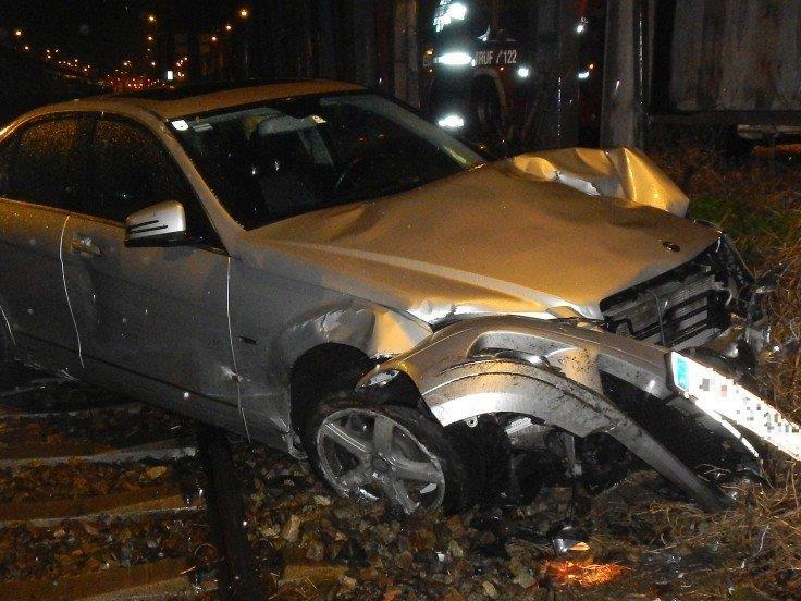 Bei einem Verkehrsunfall am handelskai wurde ein Auto auf die Gleise geschleudert.