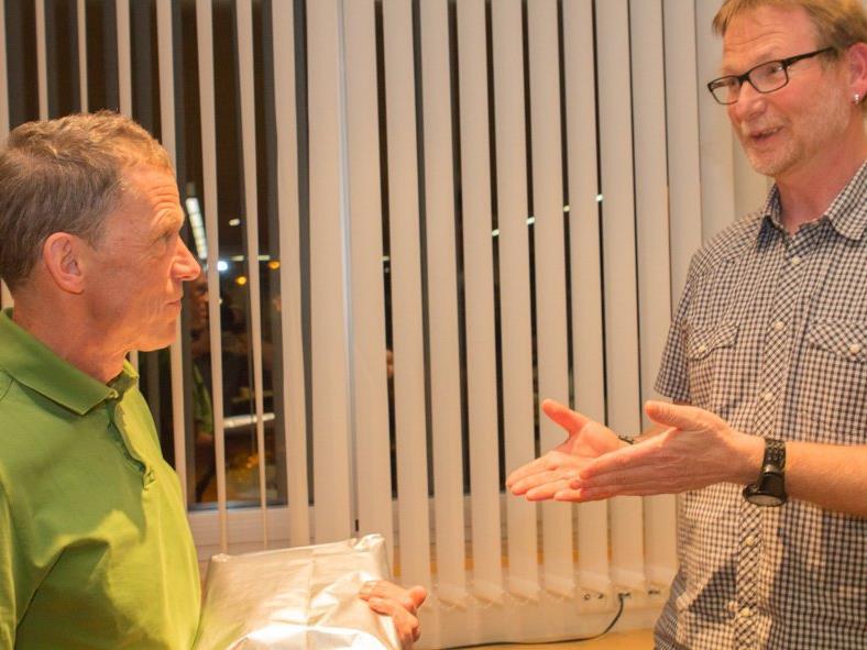 Dr.Alois Tschofen (li) wurde von Obmann Andreas Bodingbauer (re) für 20 Jahre Mitgliedschaft bei der Ortsstelle Vandans geehrt.