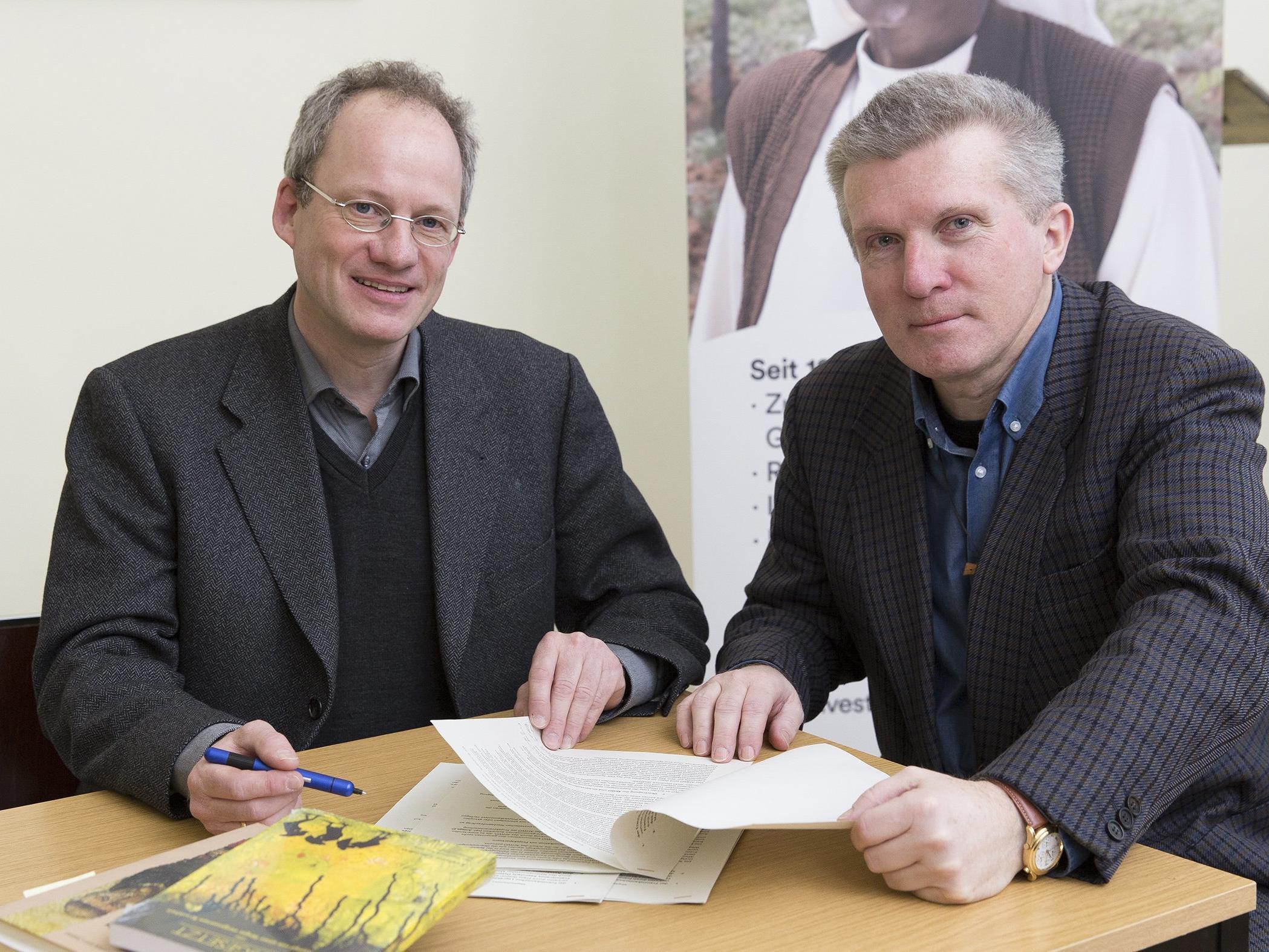 Matthias Wittrock, Geschäftsführer des Aussätzigen-Hilfswerk Österreich, und Mag. Dr. Alfred Obermair, Nationalvorsteher des Säkularordens der Franziskaner, blicken nach der Vertragsunterzeichnung zuversichtlich in die Zukunft.