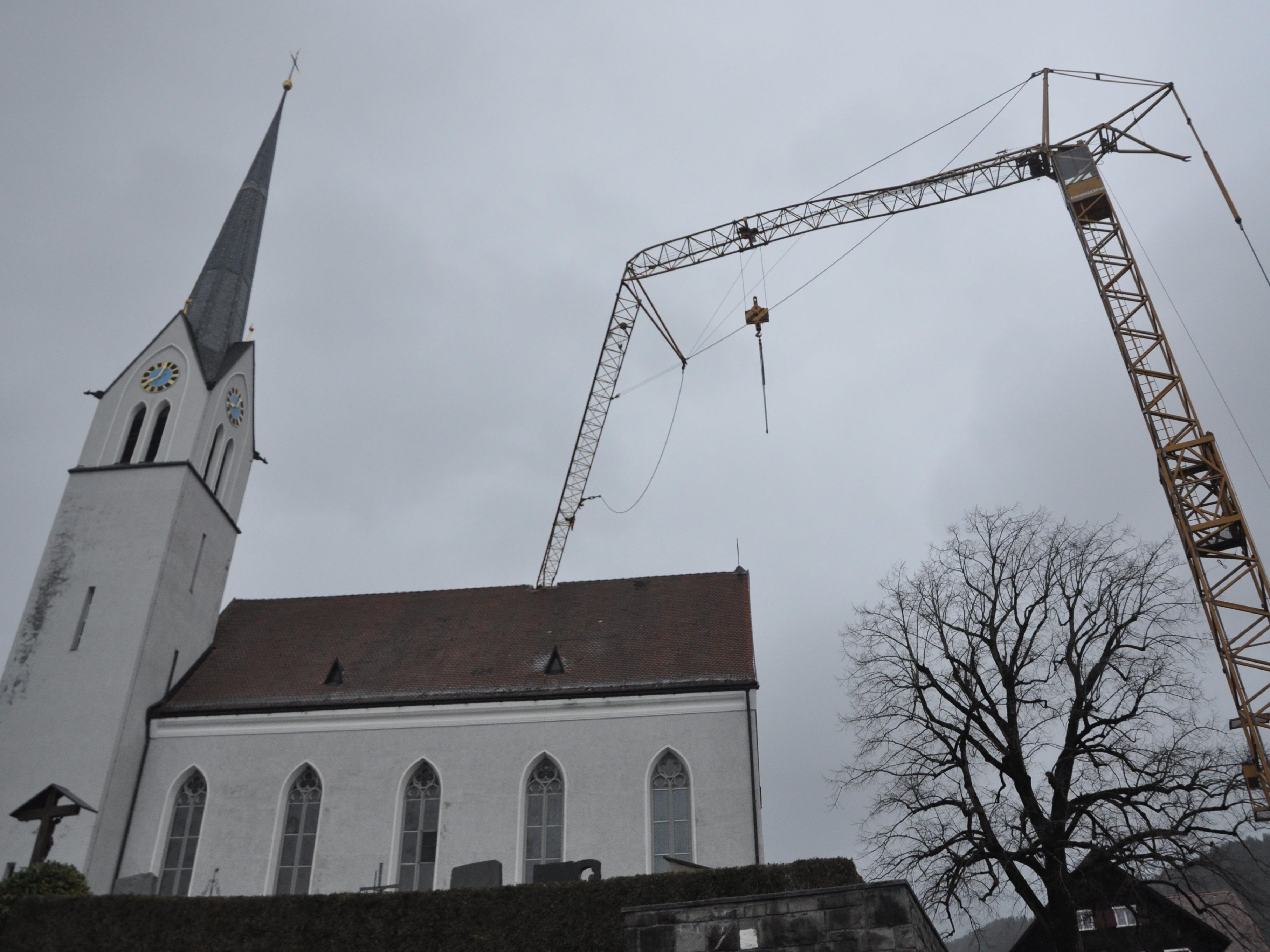 Der Ausleger eines Baukranes ist auf das Dach der Fraxner Kirche gestürzt.