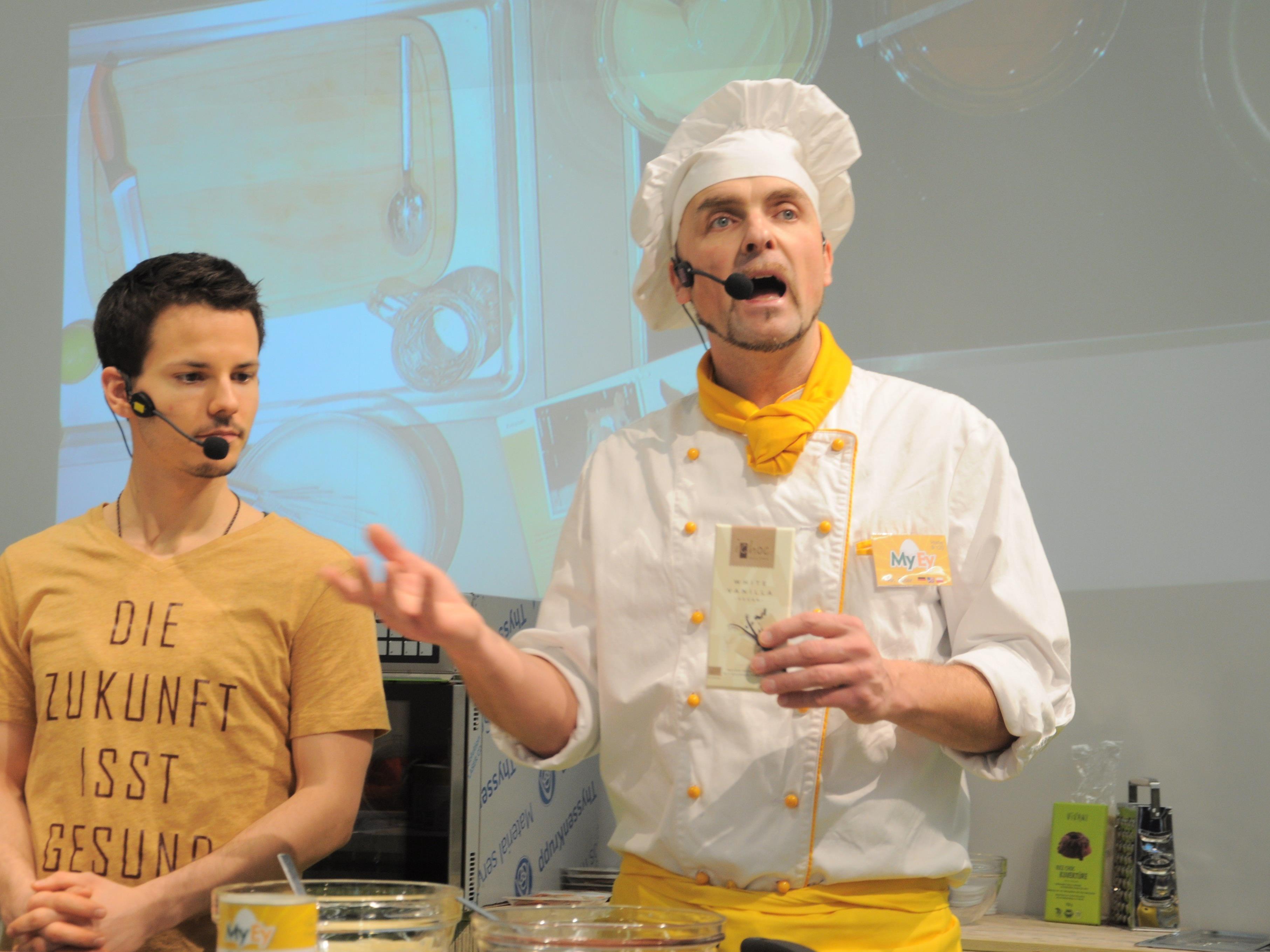 Niko Rittenau (l.) und Chris Geiser von MyEy bei einer der zahlreichen Kochshows in der Vegan-Halle.