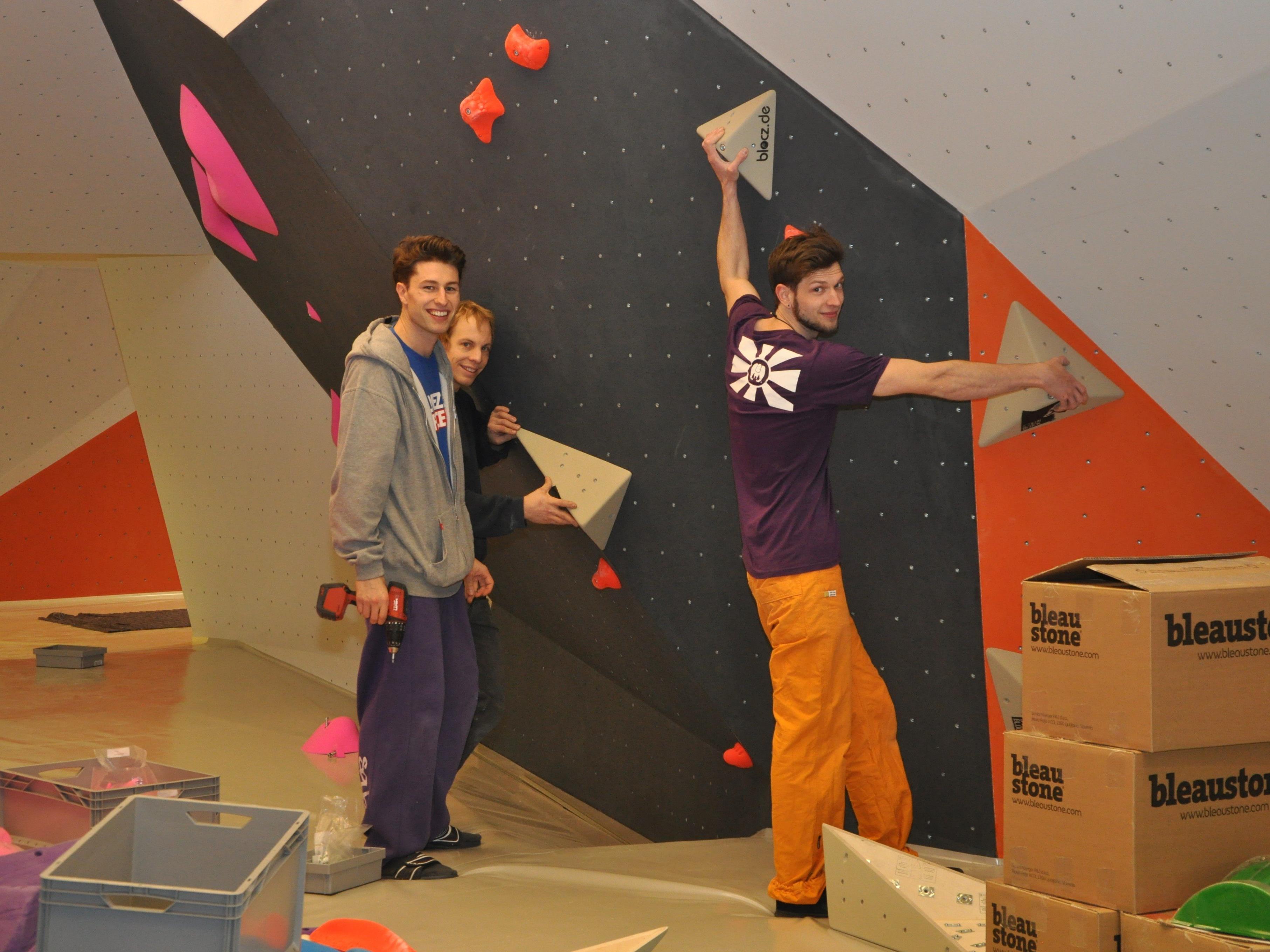 In der Rankweiler Boulderhalle im Gewerbepark werden die letzten Arbeiten erledigt. Guntram Jörg und seine Partner errichten die rund 100 Kletterrouten.