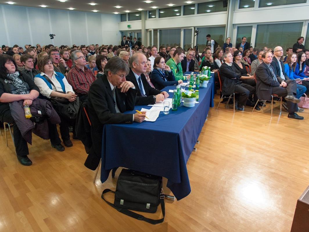 Jury und Besucher verfolgen gespannt die letztjährigen Präsentationen.