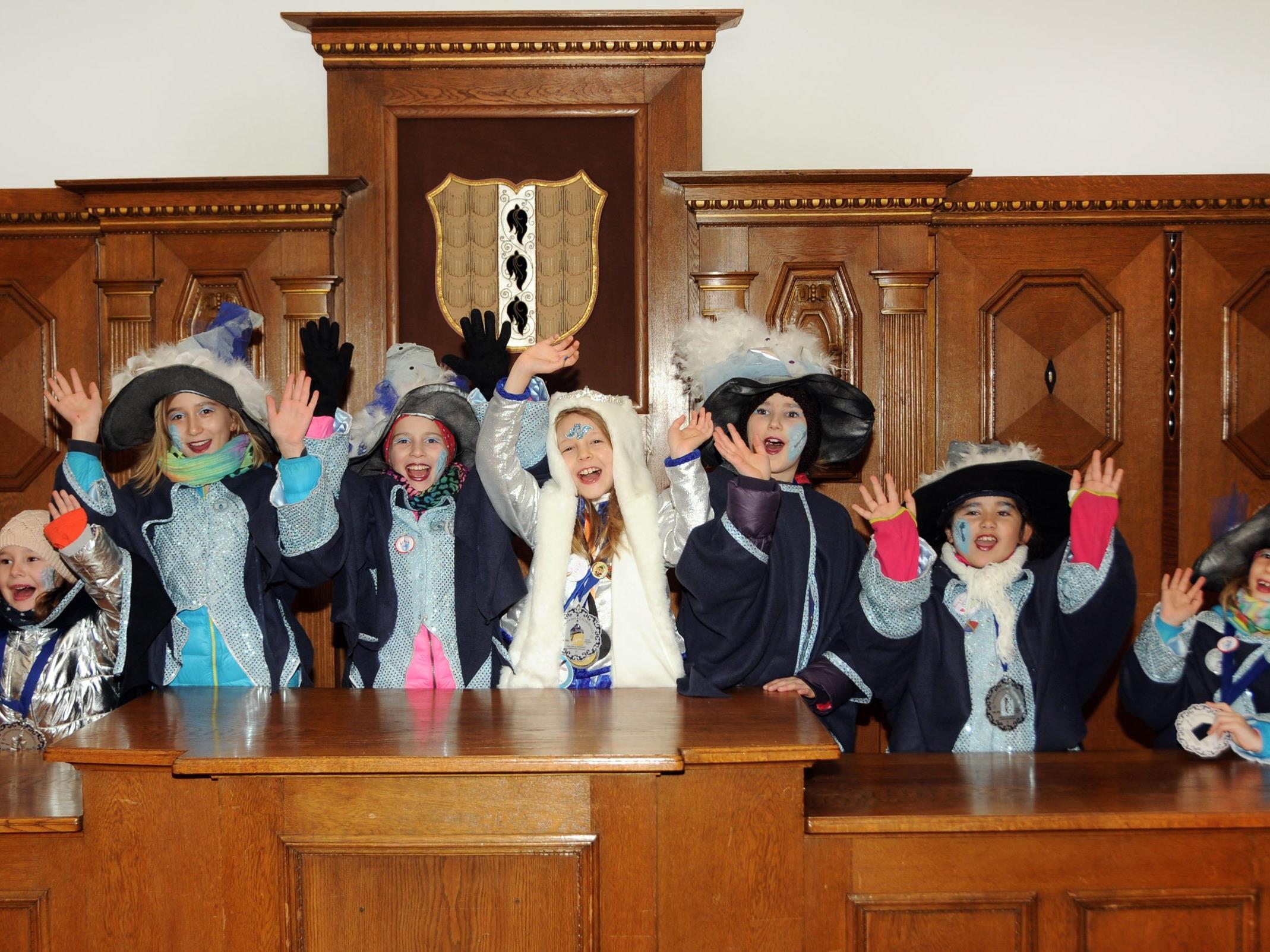 Endlich haben im Sitzungssaal der Stadt Bregenz die jungen Narren das Ruder in die Hand genommen.