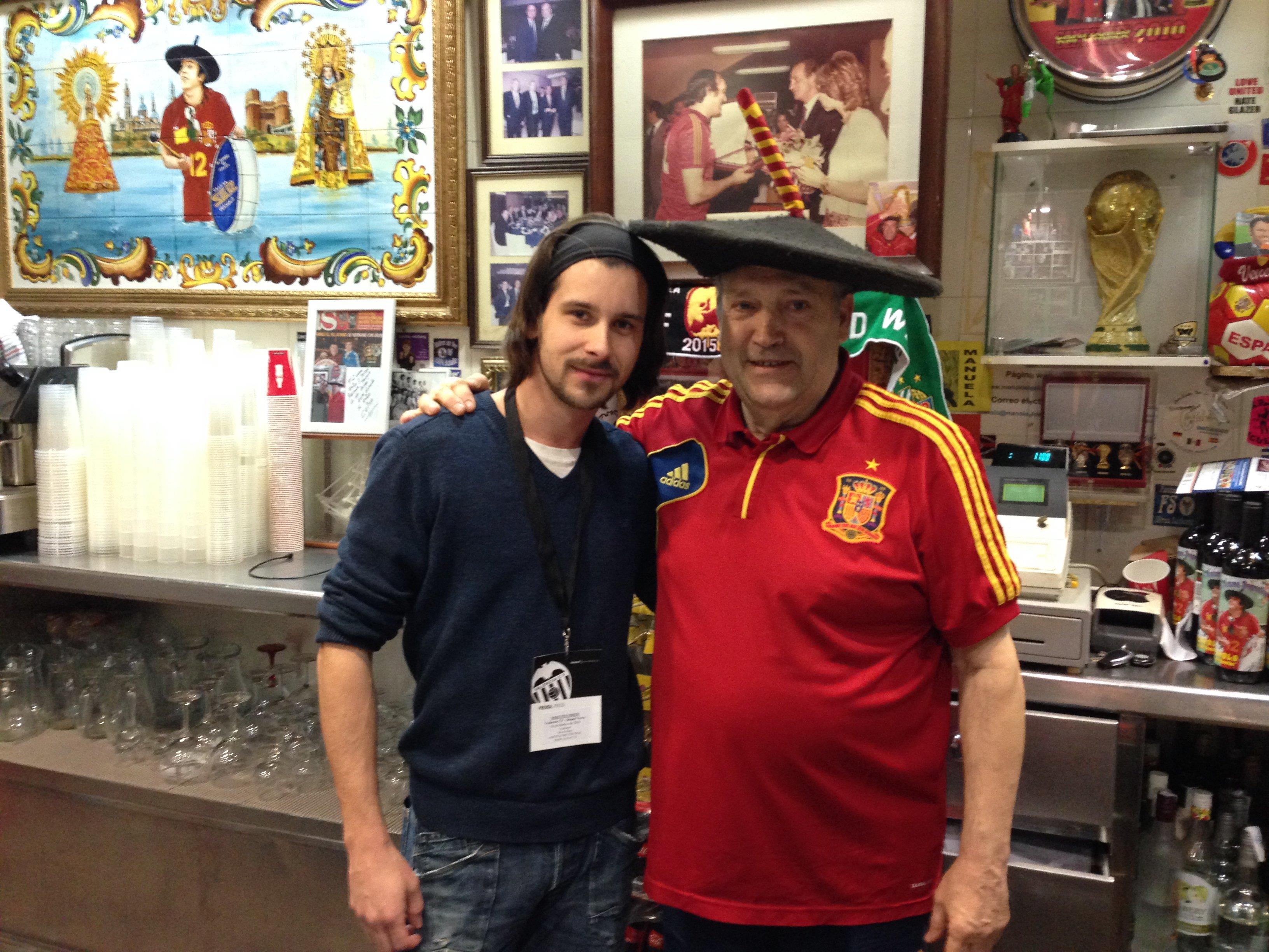 Zwei Fußballverrückte unter sich: VIENNA.at-Sportredakteur David Mayr mit Manolo El Bombo.