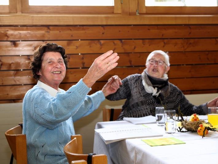 Die Seniorinnen und der Senior waren mit viel Freude und Elan dabei, altes Liedgut mit musikalischer Begleitung zu singen.