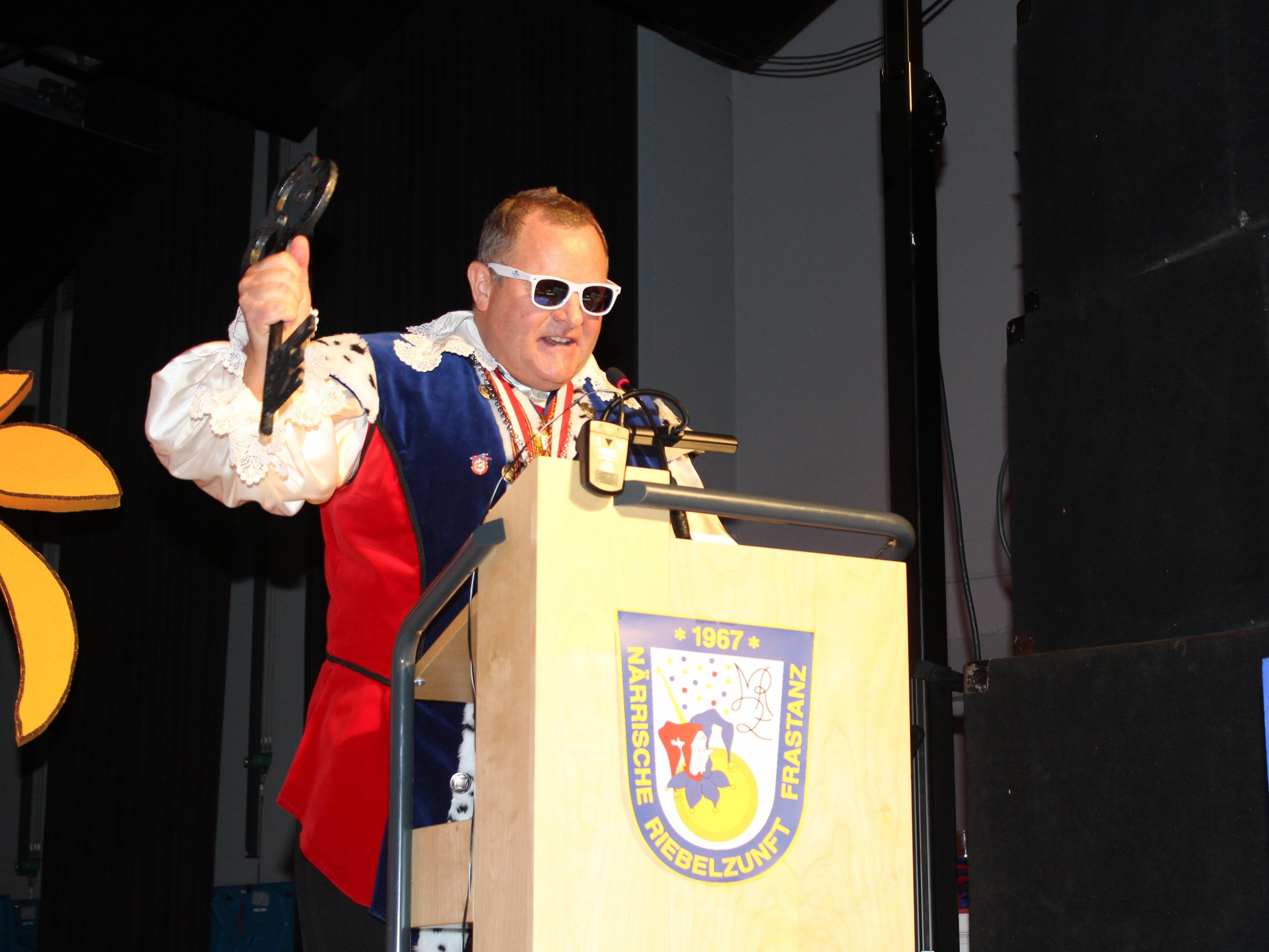 Burggraf Herzog Ritter (Dominik Tschol) hat den Rathausschlüssel in der Hand.