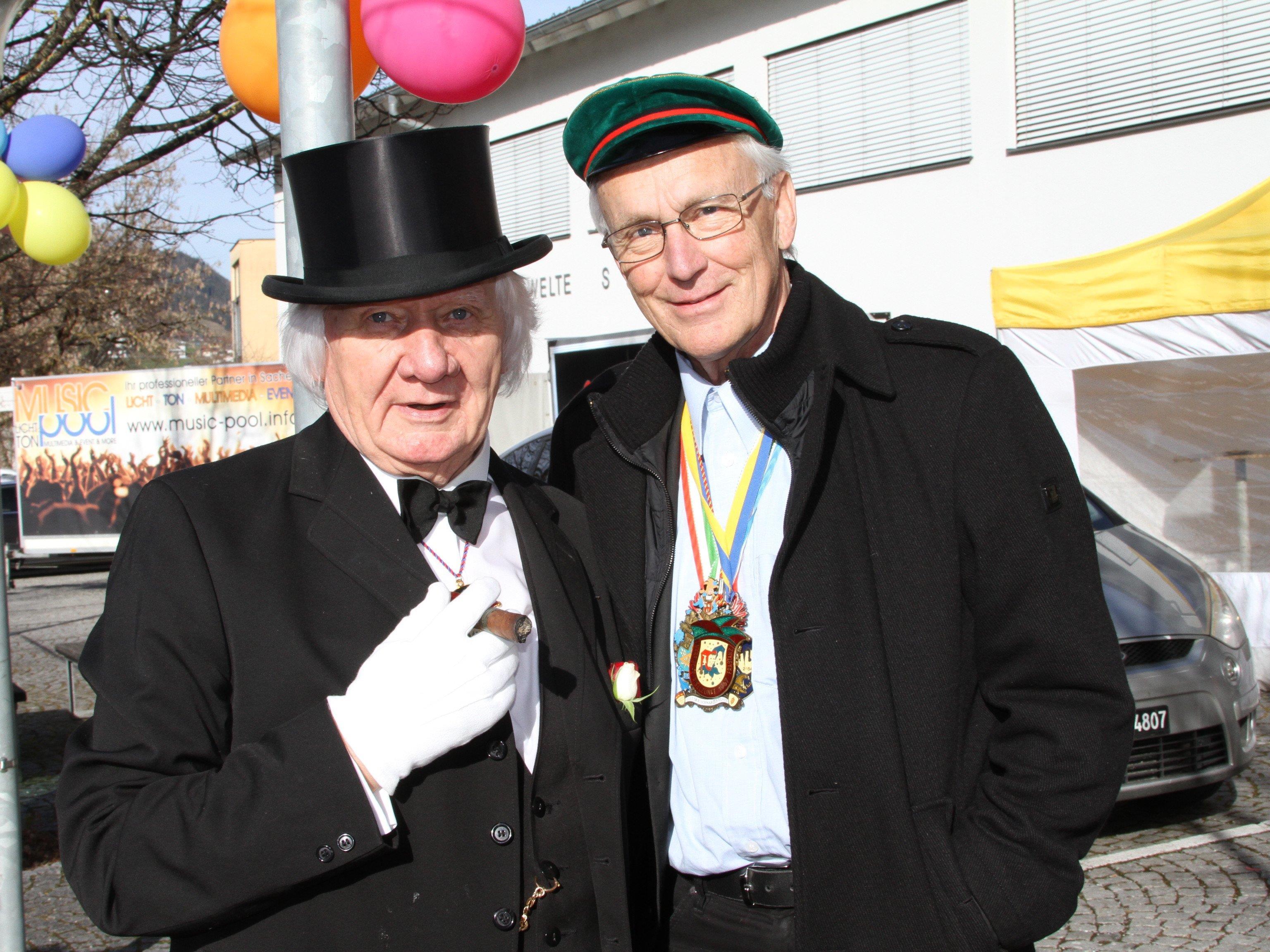 Ex-Bürgermeister Harald Ludescher mit dem ehem. Dorfpfarrer Herbert Spieler beim Frastanzer Kinderfaschingsumzug.