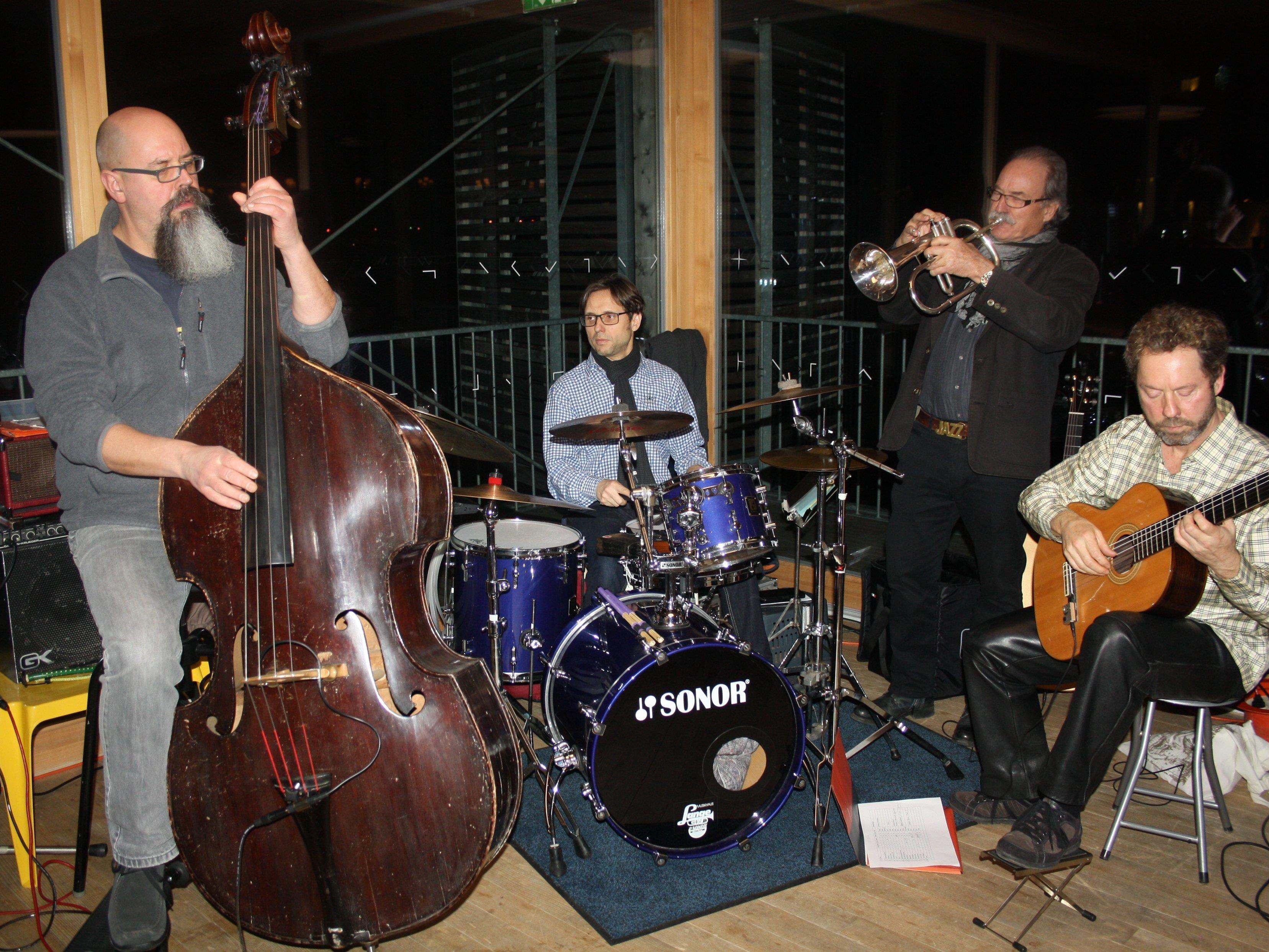 """Zu Gast auf dem Badehaus des Seehotels war die Band """"Jazzmops"""" aus Ravensburg mit Oliver Mascha (Kontrabass), Markus Sprenger (Schlagzeug), Roland Wohlhüter (Trompete/Posaune) und Volker König (Gitarre)."""