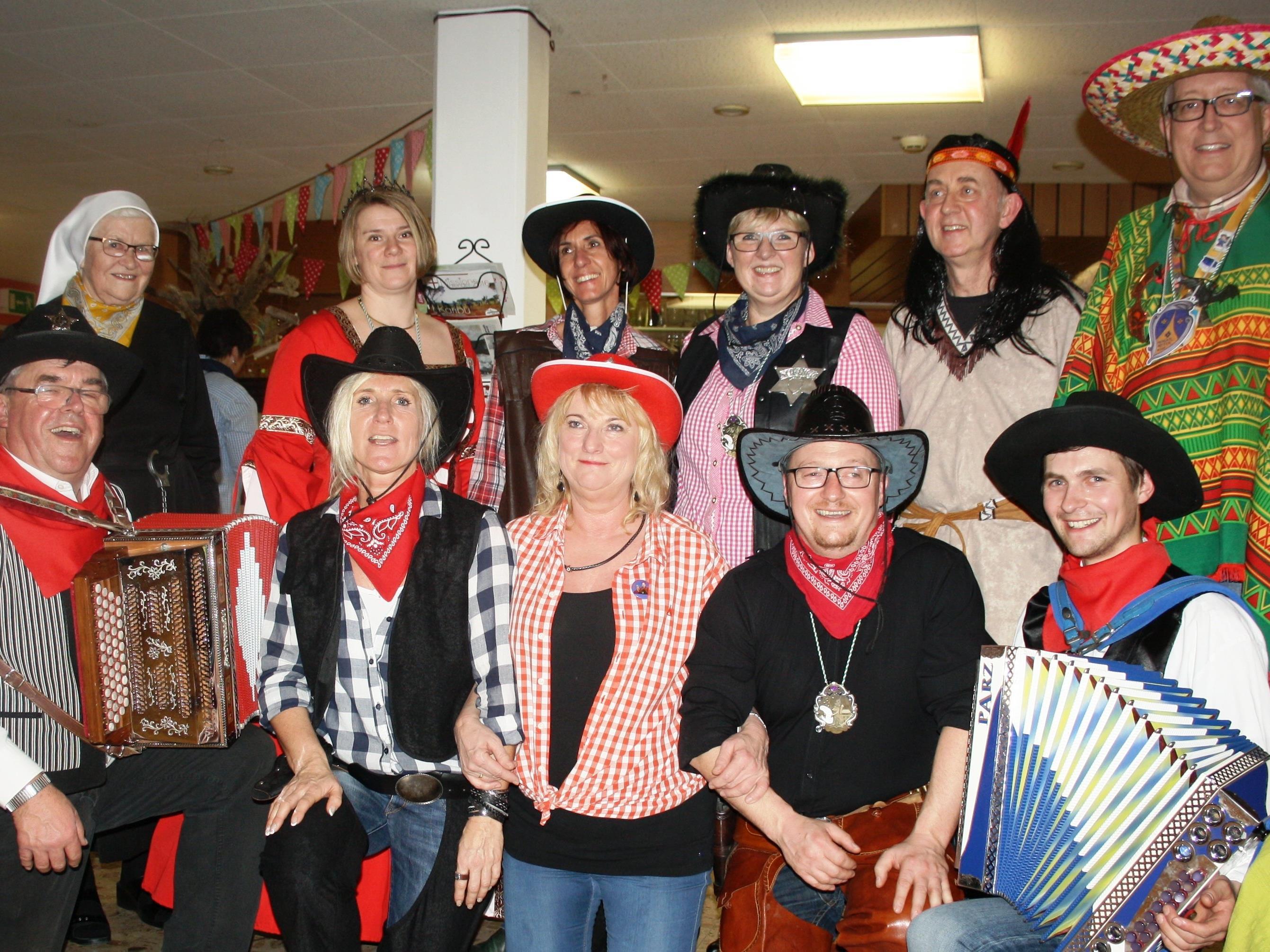"""Zusammen mit der närrischen """"Gemeindeprominenz"""" freute sich das Organisationsteam über ein bestens gelungenes """"Wild-West""""- Kaffeekränzle im Pflegeheim Jesuheim in Lochau."""