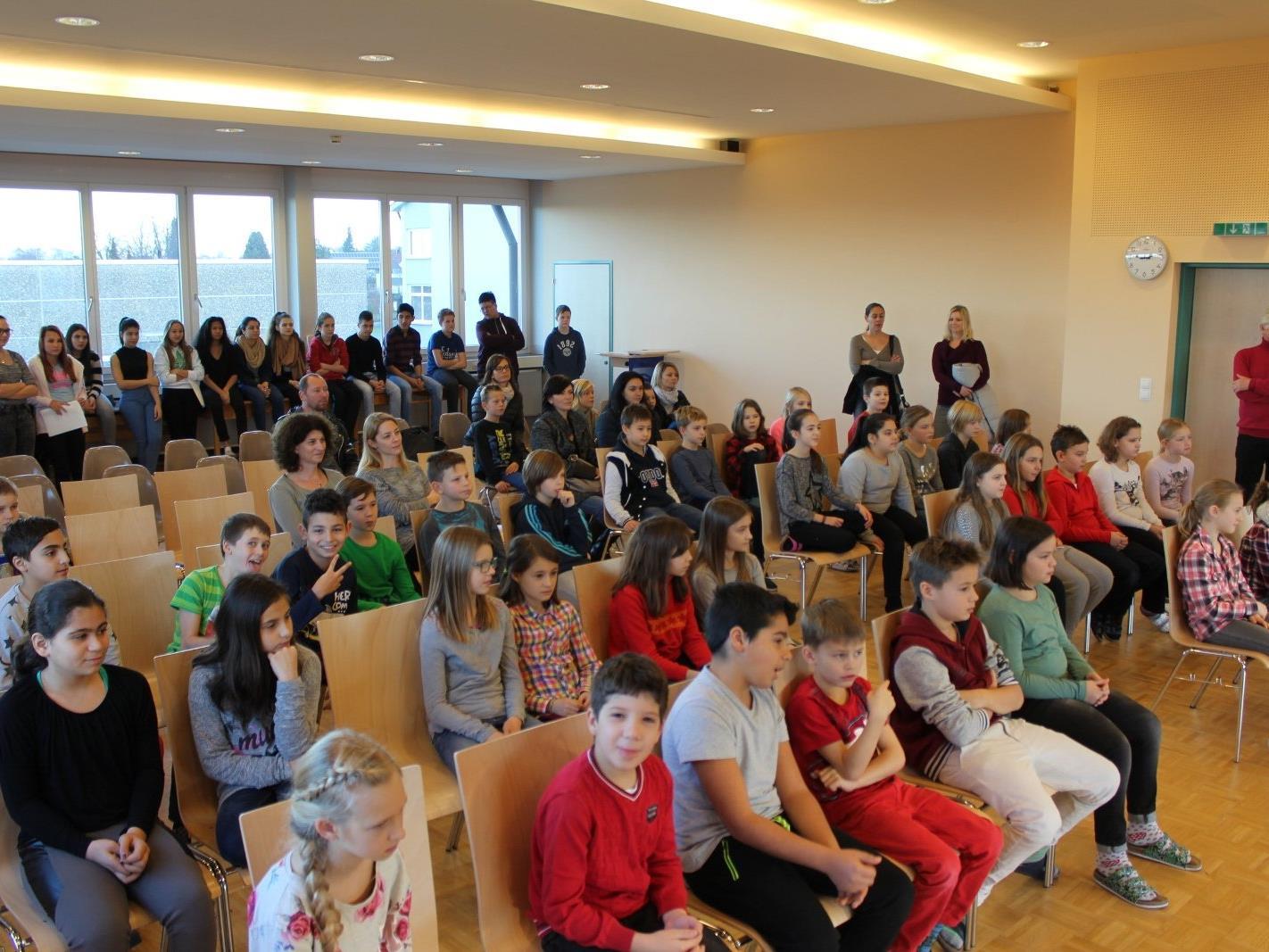 """Mit einem abwechslungsreichen Programm stellte sich die Mittelschule Lochau den Volksschülern am """"Tag der offenen Tür"""" vor."""