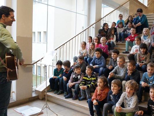Die Volksschulkinder singen Lieder für ihre neuen MitschülerInnen.