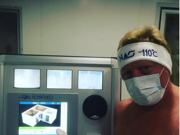 Boris Becker wagt sich in einen überdimensionalen Kühlschrank.