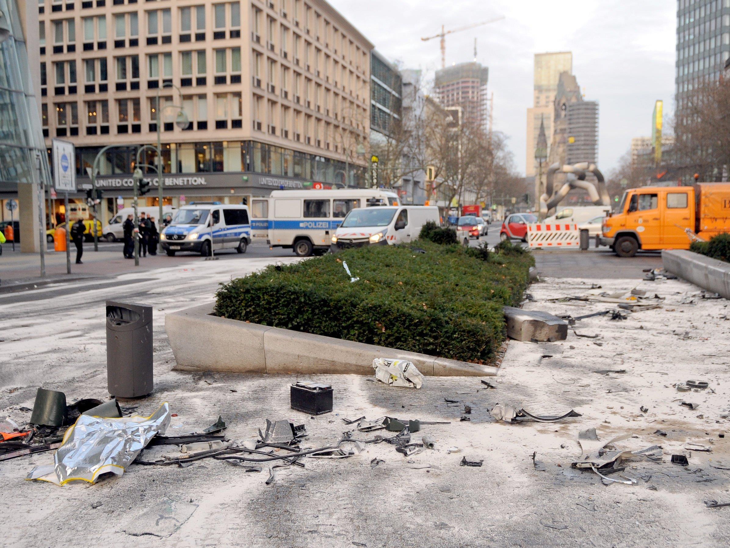 Junge Männer verursachen bei illegalem Straßenrennen mitten in Berlin Horror-Crash: ein Toter.