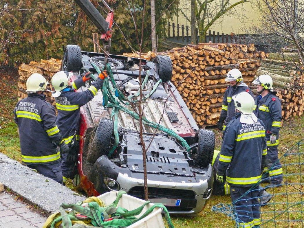 Die Feuerwehr musste das Unfallauto bergen.