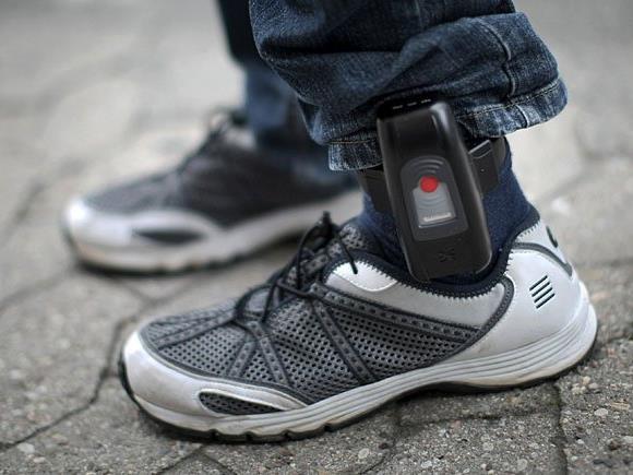 Eine 38-Jährige mit Fußfessel kehrte nach Arbeitsschluss nicht nach Hause zurück