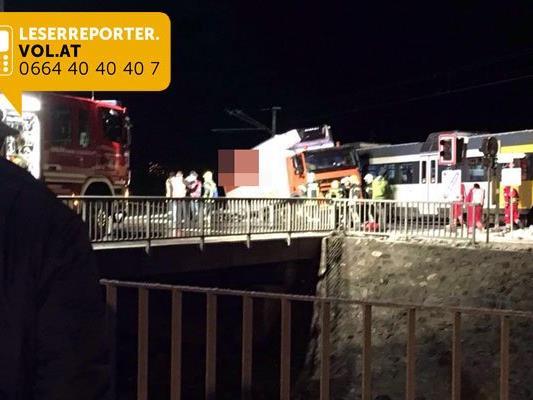 Lkw in Schruns auf Räthikonkreuzung von Montafonerbahn erfasst - keine Verletzten.