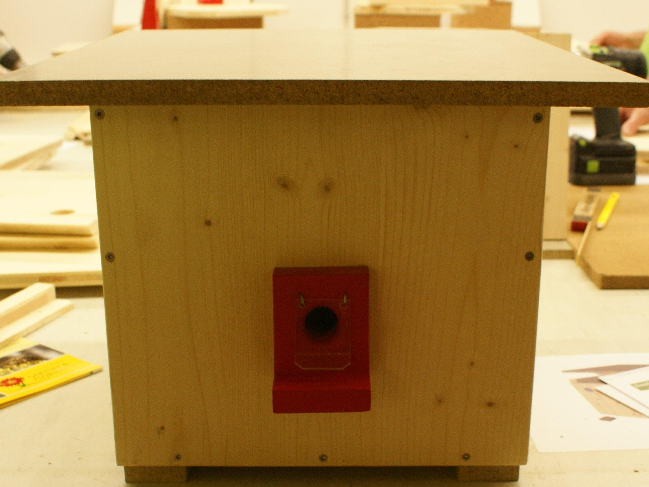 Ein Hummelhaus bauten fleißige Handwerker am 15. März im Krippenvereinslokal