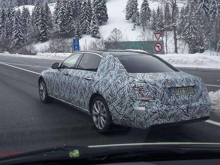 Mercedes-Erlkönig unterwegs auf der S16.