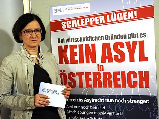 Mikl-Leitner mit ihren Plakaten