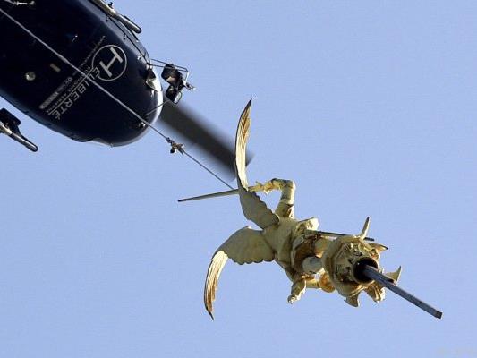 Ein Hubschrauber transportierte die Statue