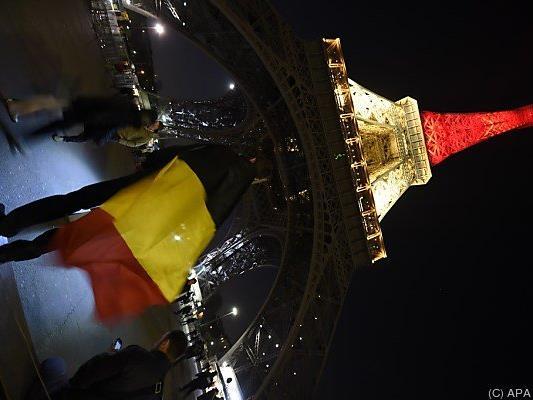 Eiffelturm erstrahlt in den Farben der belgischen Flagge