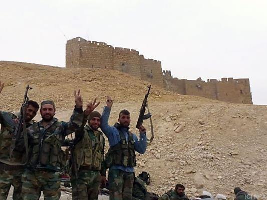 Syrische Truppen vor der Zitadelle von Palmyra