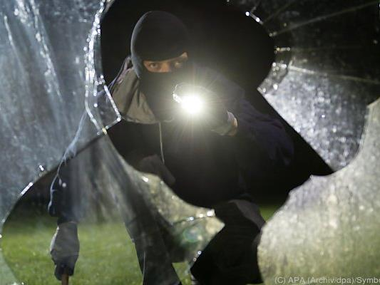 Die Täter überfallen Hausbesitzer