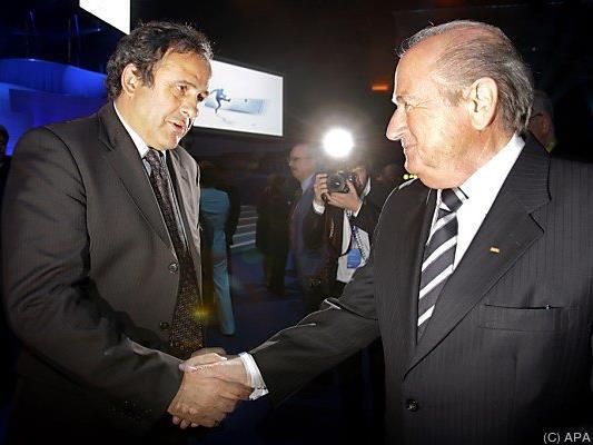 Zahlung von Blatter (r.) an Platini im Visier der Ermittler