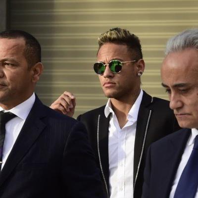 Vater (l.) und Sohn (m.) Neymar mit Barca-Präsident Bartomeu