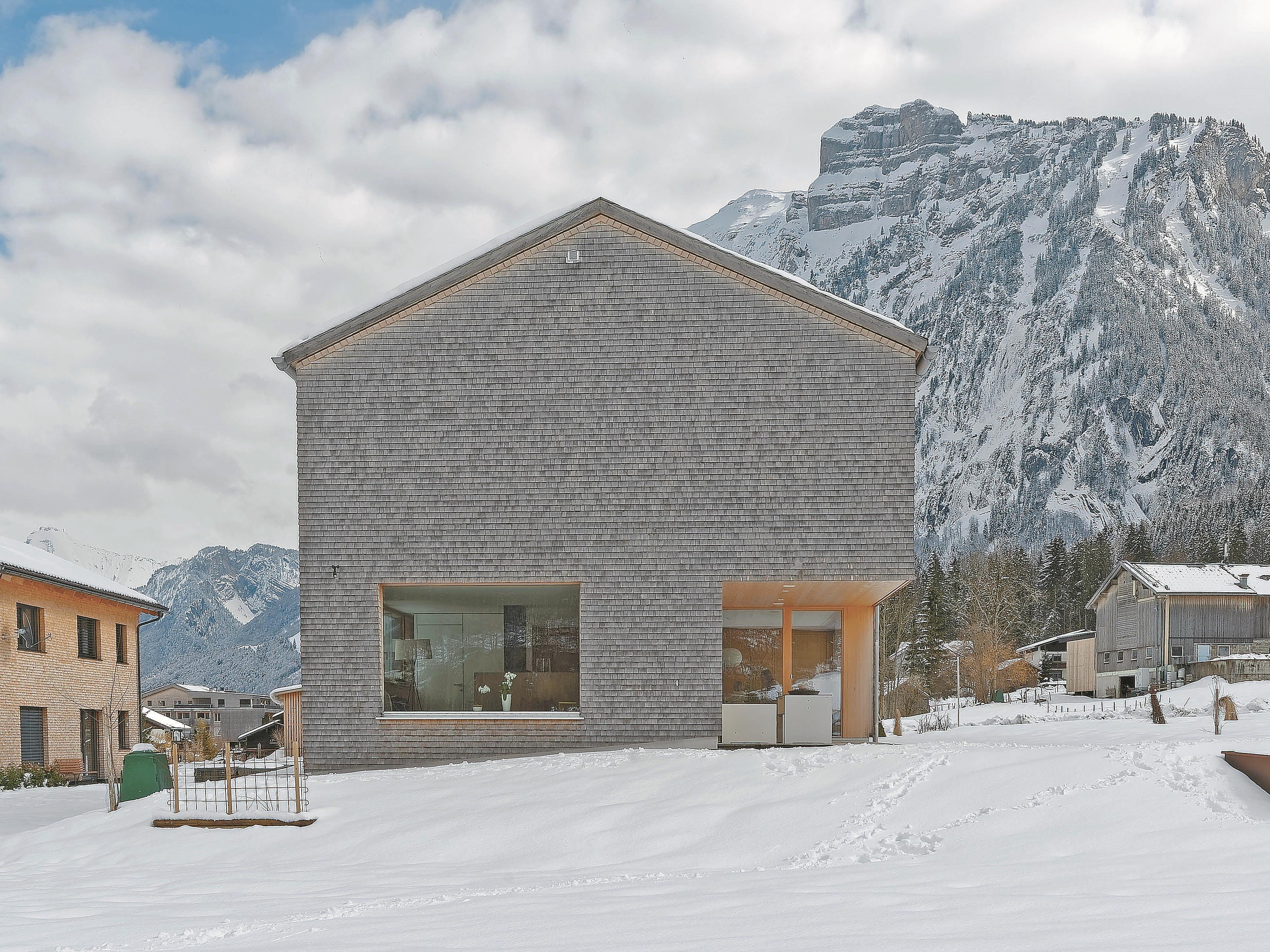 Holzhaus Angesichts der mächtigen Kanisfluh nimmt sich das Haus Simma sehr bescheiden aus.
