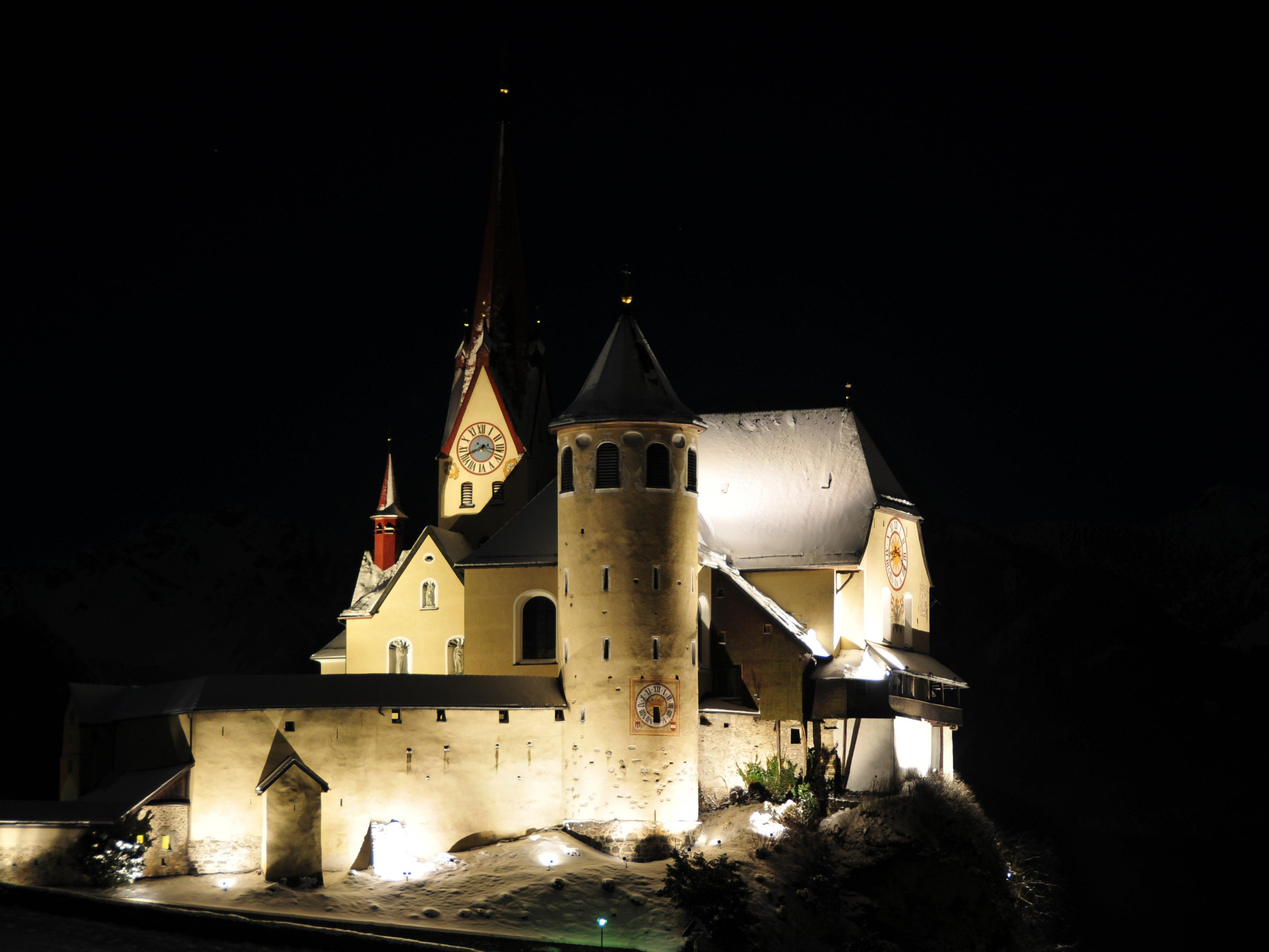 Auch die Ranweiler Basilika macht mit bei der Earth Hour.