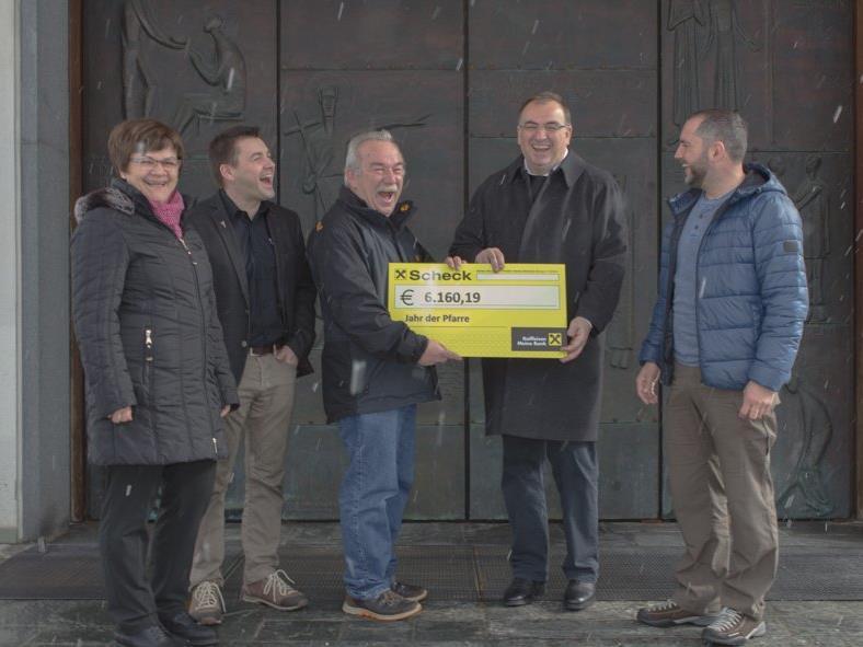 Pfarrer Hans Tinkhauser erhielt von den Vertretern der Ortsvereine über 6.600 Euro zur Kirchenrenovierung.