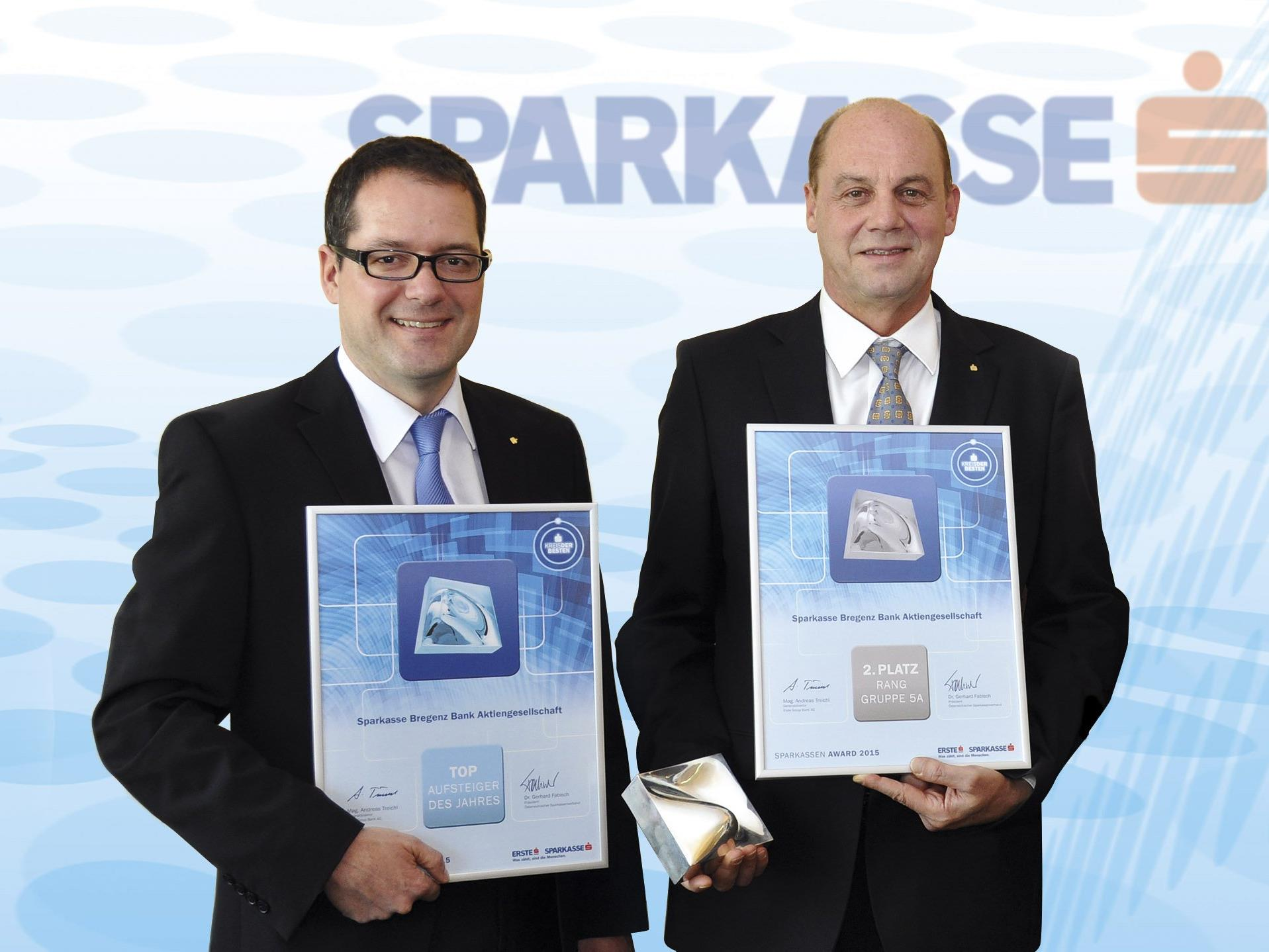 Die beiden Vorstände, Mag. Martin Jäger und Mag. Gerhard Lutz, freuen sich über den 2. Platz in ihrer Ranggruppe und den Titel 'Top Aufsteiger des Jahres'.
