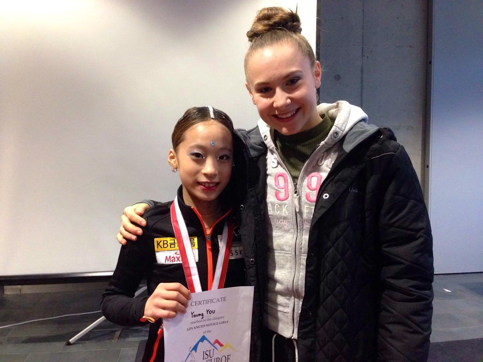 Romy Schallert mit der Gewinnerin der Kat. Adv. Nov. Young You aus Korea