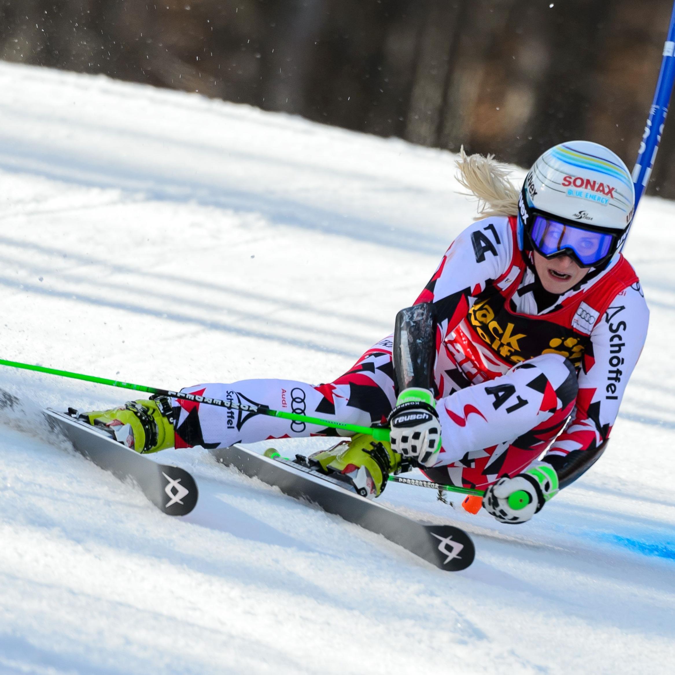 Eva-Maria Brem greift im Riesentorlauf nach einer Weltcup-Kugel.