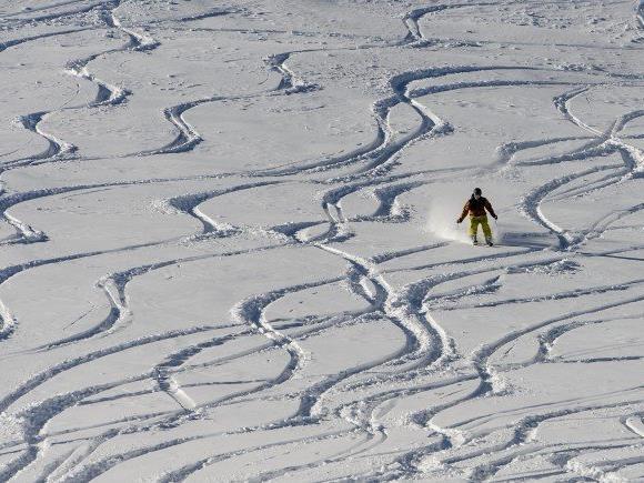 Die Polizei sucht nach einem Ski-Unfall in Lech nach Zeugen.
