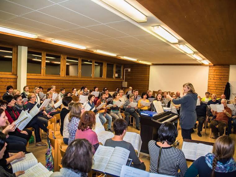 Die Proben für das bevorstehende Konzert im Montforthaus laufen derzeit auf Hochtouren. Im Bild: Probe mit Gaby Derflinger in Nofels.