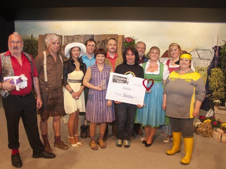Joe Fritsche erhielt den Scheck über 3.000 Euro für das Mädchen Anna von der Theatergruppe überreicht.